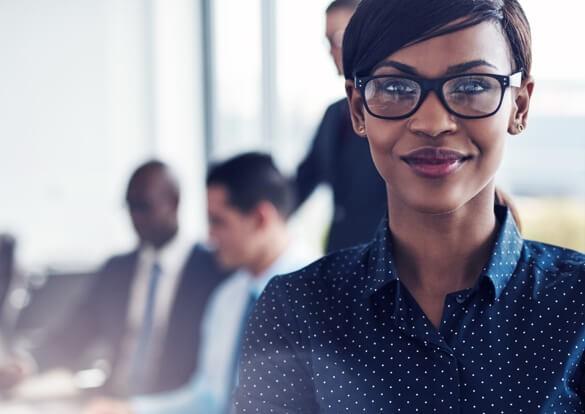 Mulher de negócios em ambiente corporativo