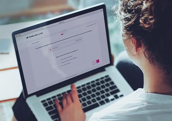 Mulher fazendo curso da English Live no laptop